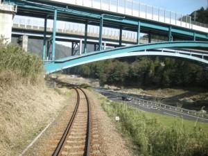 長良川鉄道 高架をくぐる