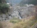高山本線 車窓から岩のある川