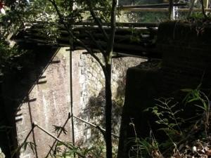 愛岐トンネル群の市民公開、レンガ橋脚に竹製橋