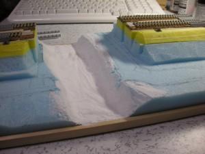 紙粘土で川底を作ってみる