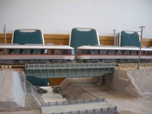 モジュール運転会、川を橋で渡る
