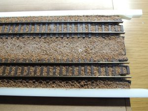 嘉例川駅モジのレールバラスト木工ボンド固着