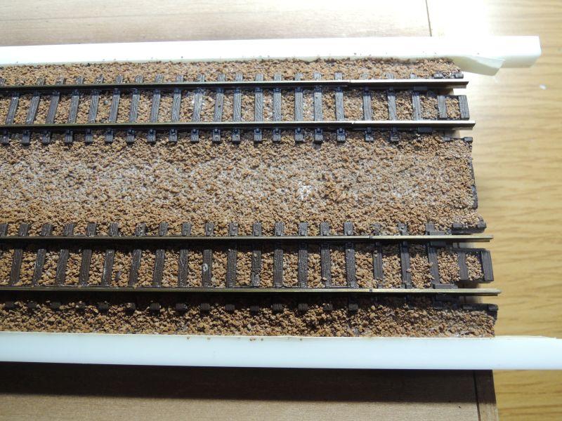 嘉例川駅のレールバラスト木工ボンド固着